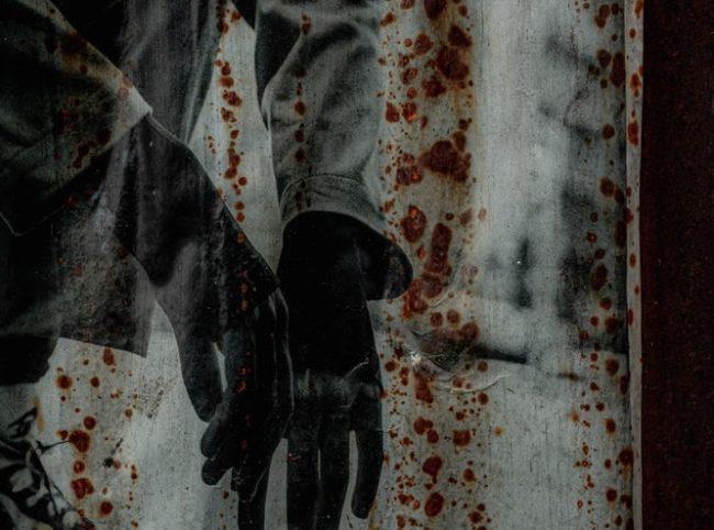 Zeichung von hockendem Mann an einer Wand. EXIT-Deutschland, Incel